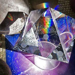 ce cristal est parfait pour harmoniser l'habitat et équilibrer le lieu en géobiologie d'une façon autonome.